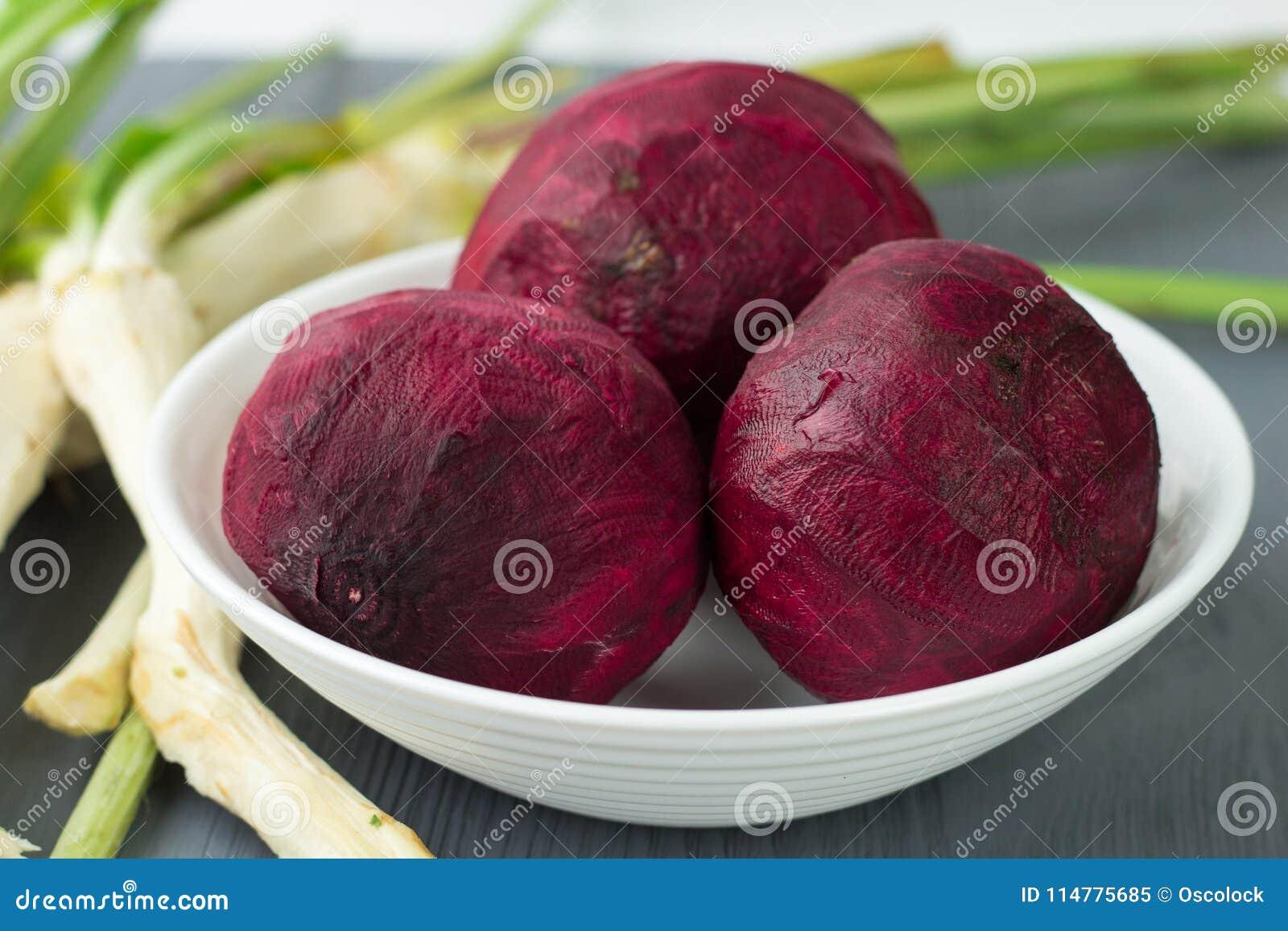 Zugebereitete Rote-Bete-Wurzeln des rohen Gemüses und horseredish für Borschtschrote rübe