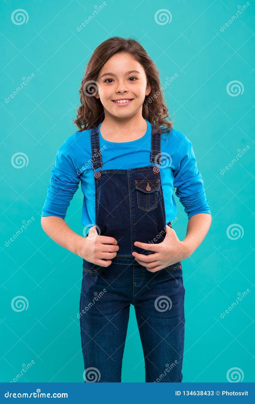 Zuivere schoonheid Meisje met lang haar Jong geitje gelukkig leuk gezicht met aanbiddelijke krullende haartribune over blauwe ach