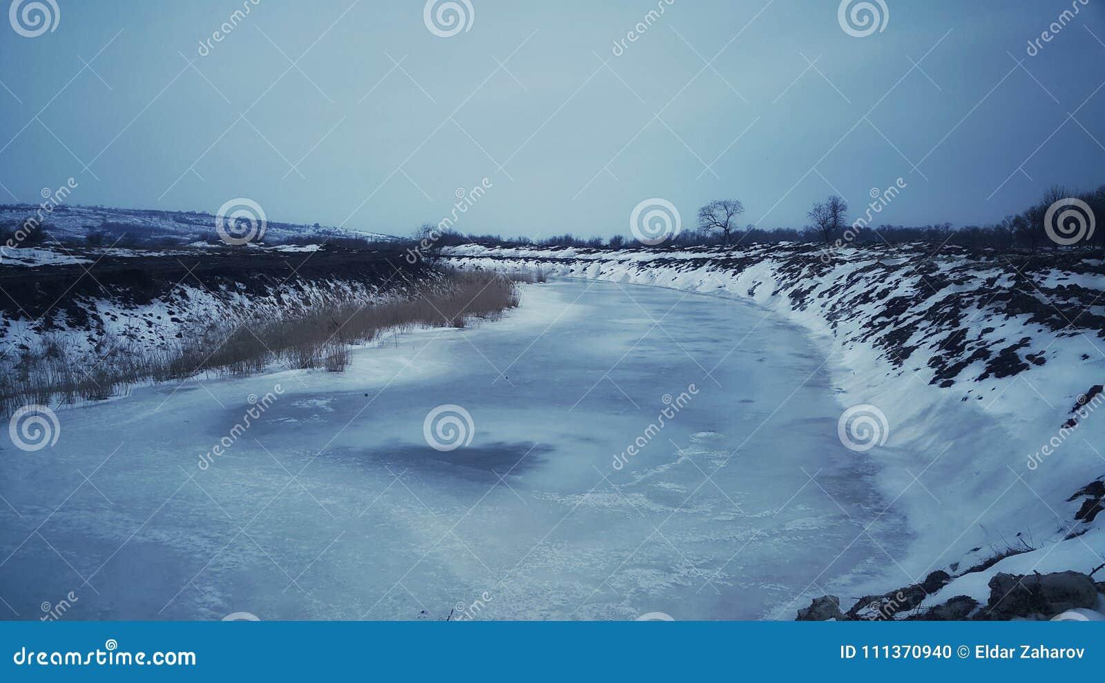 Zulk een strenge vorst die de rivier aan de zeer bodem bevroor Maart-de vorst is zeer sterk