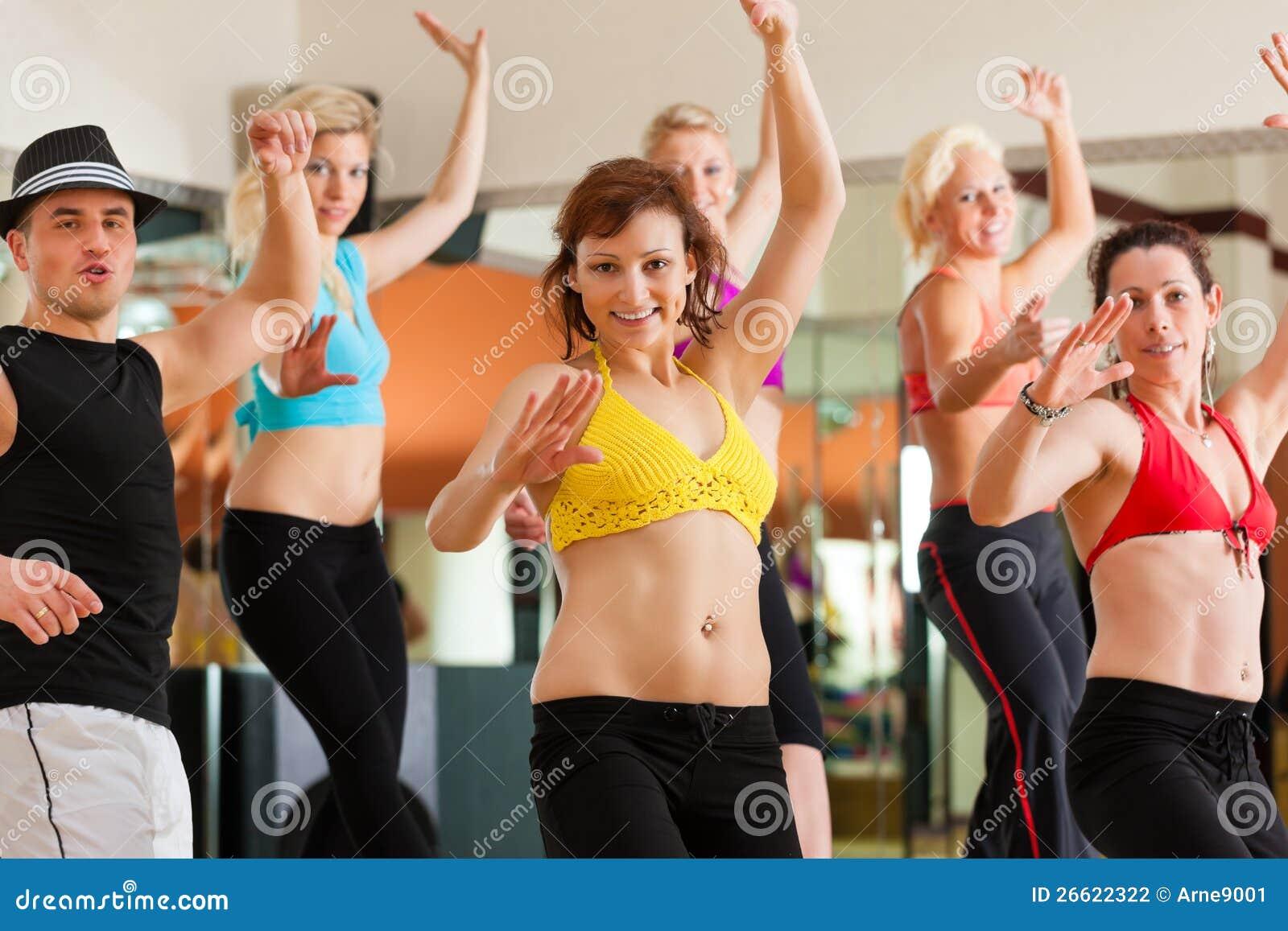 zumba или jazzdance - танцы людей в студии Стоковое Фото
