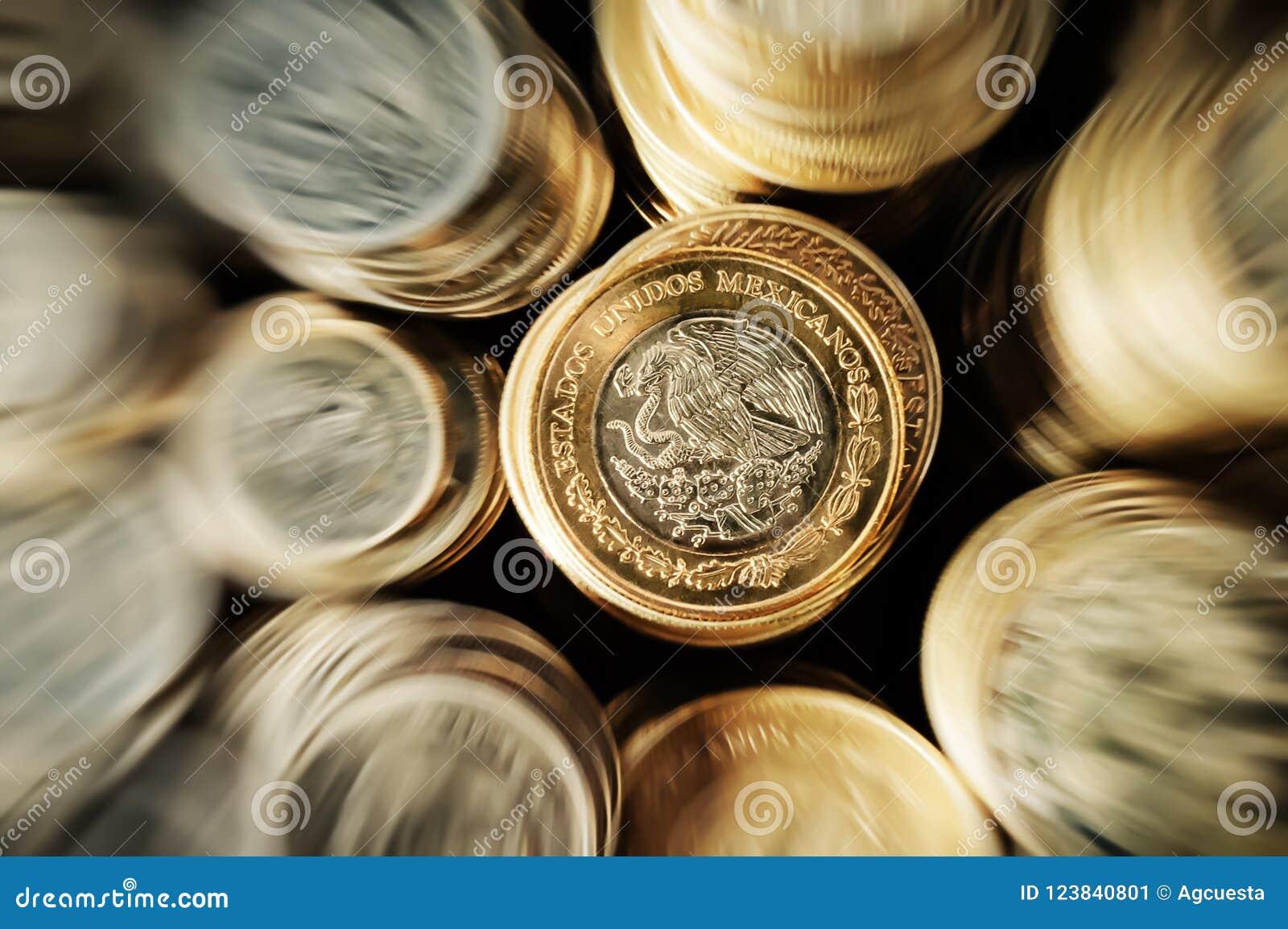 Zumbido empilhado das moedas do peso mexicano