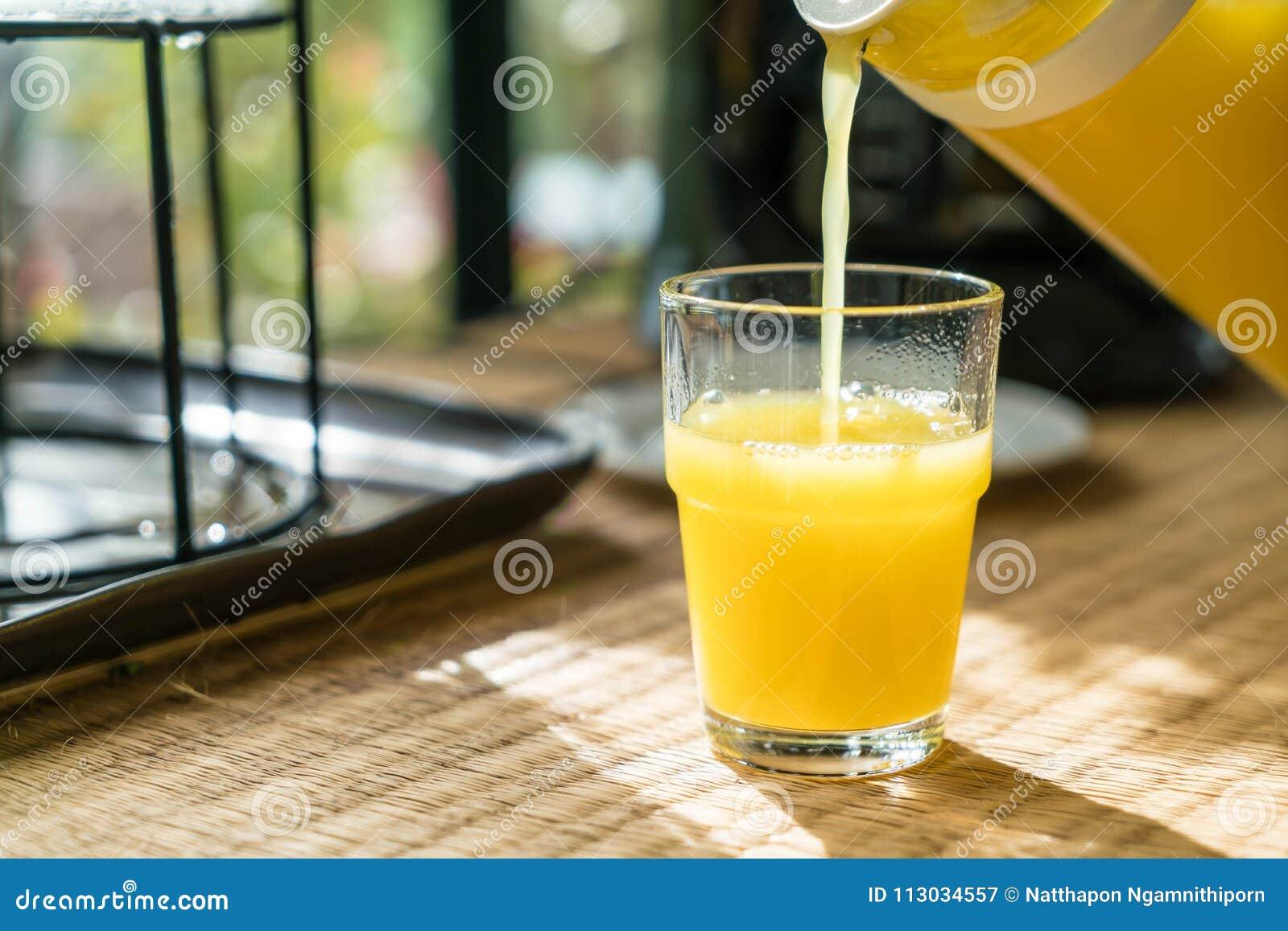 Zumo de naranja de colada en un vidrio