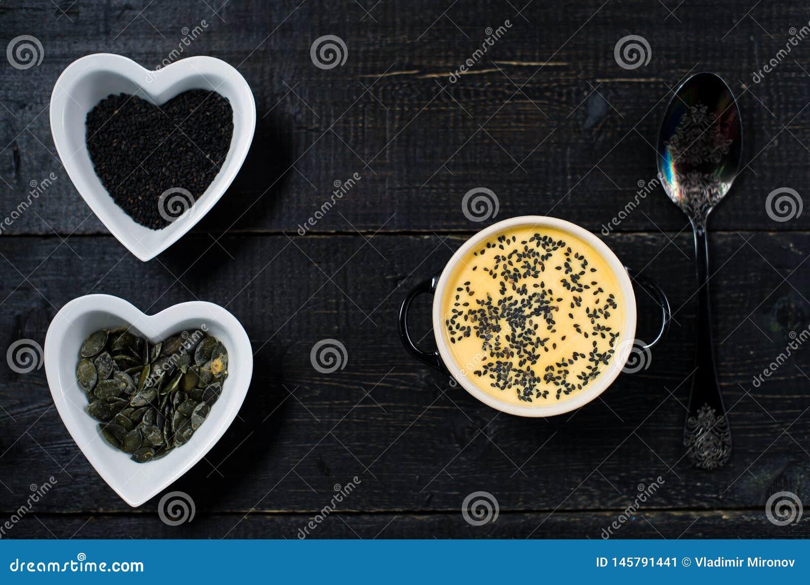 Zupny dyniowy puree z ziarnami na czarnym tle