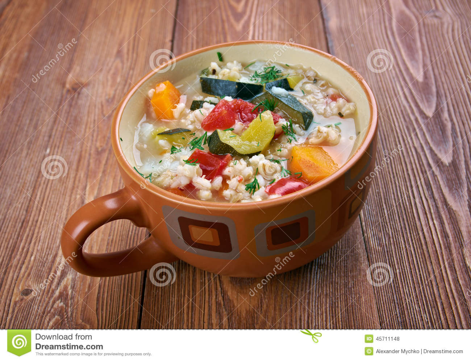 zuppa d€orzo -与菜的大麦汤,传统意大利盘.
