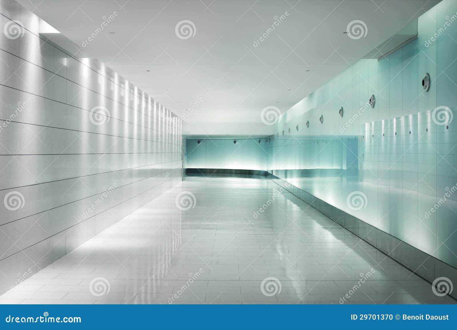 Zur ck beleuchtete glasw nde in einem untert gigen for Quadrat innenarchitektur