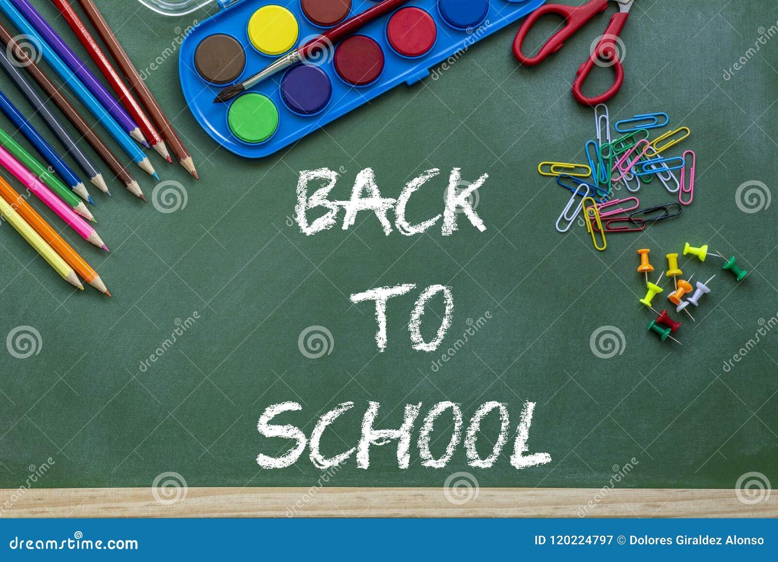 Zurück zu der Schule, die über Tafelschwarzhintergrund beschriftet