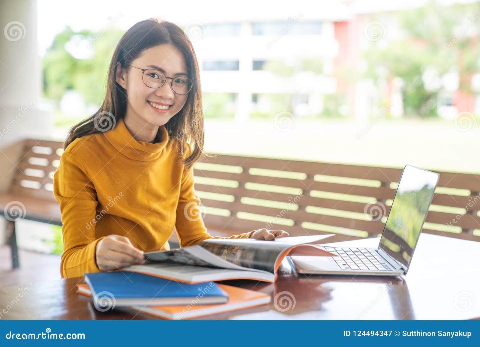 Zurück zu Schulbildungswissenscollege-Hochschulkonzept junge Leute, die Gebrauchtgeräte- sind und Tablette, Bildung und technolo