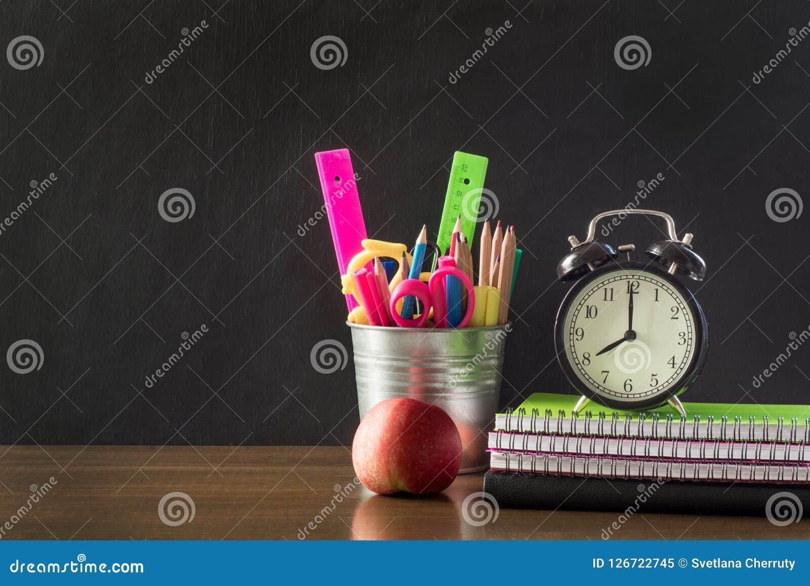 Zurück zu Schule-Konzept Schulbedarf, Wecker und Apfel Kopieren Sie Raum auf Tafel
