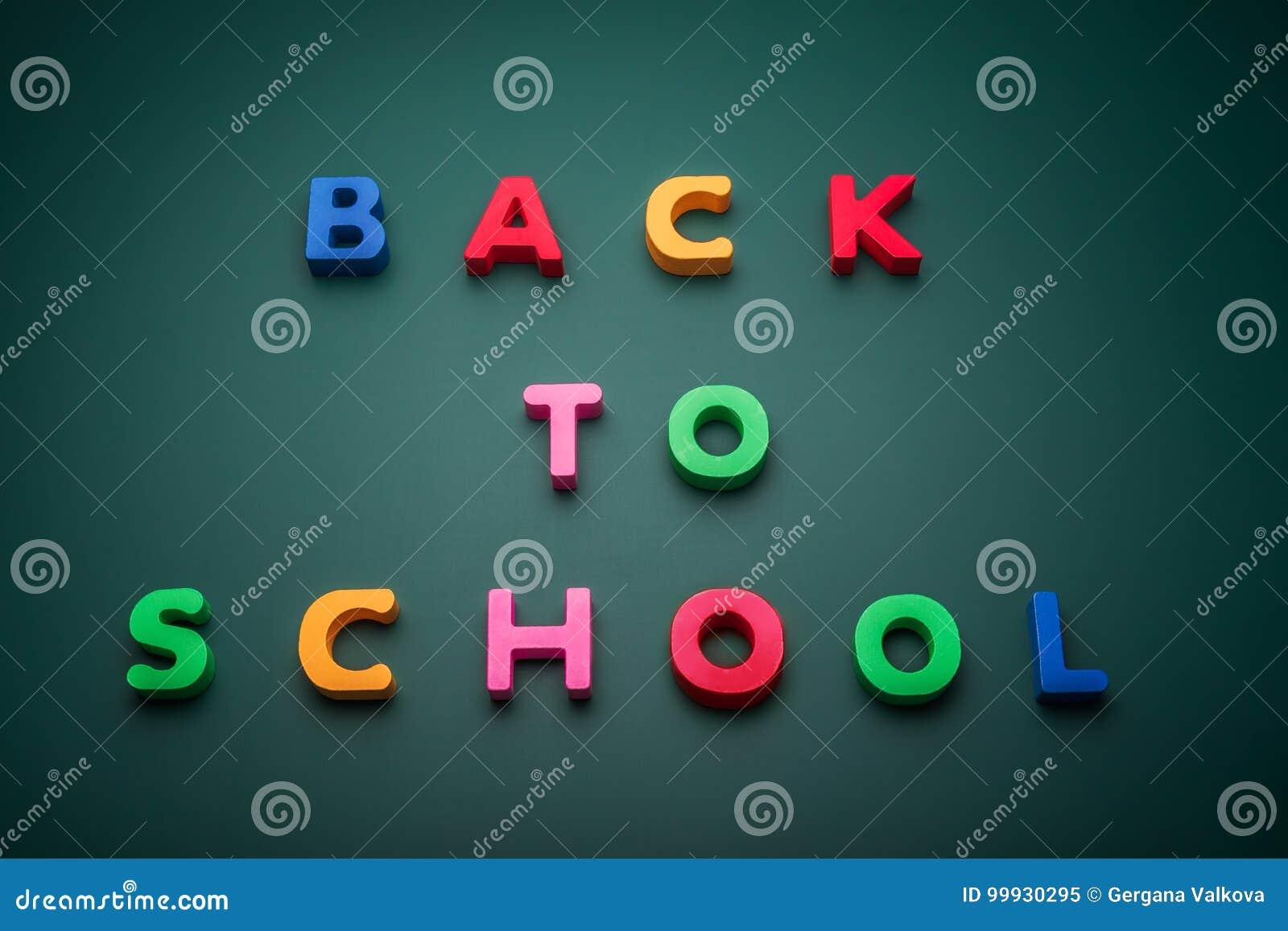 Zurück zu Schultext schreiben Sie mit hölzernem Alphabet in Tafel