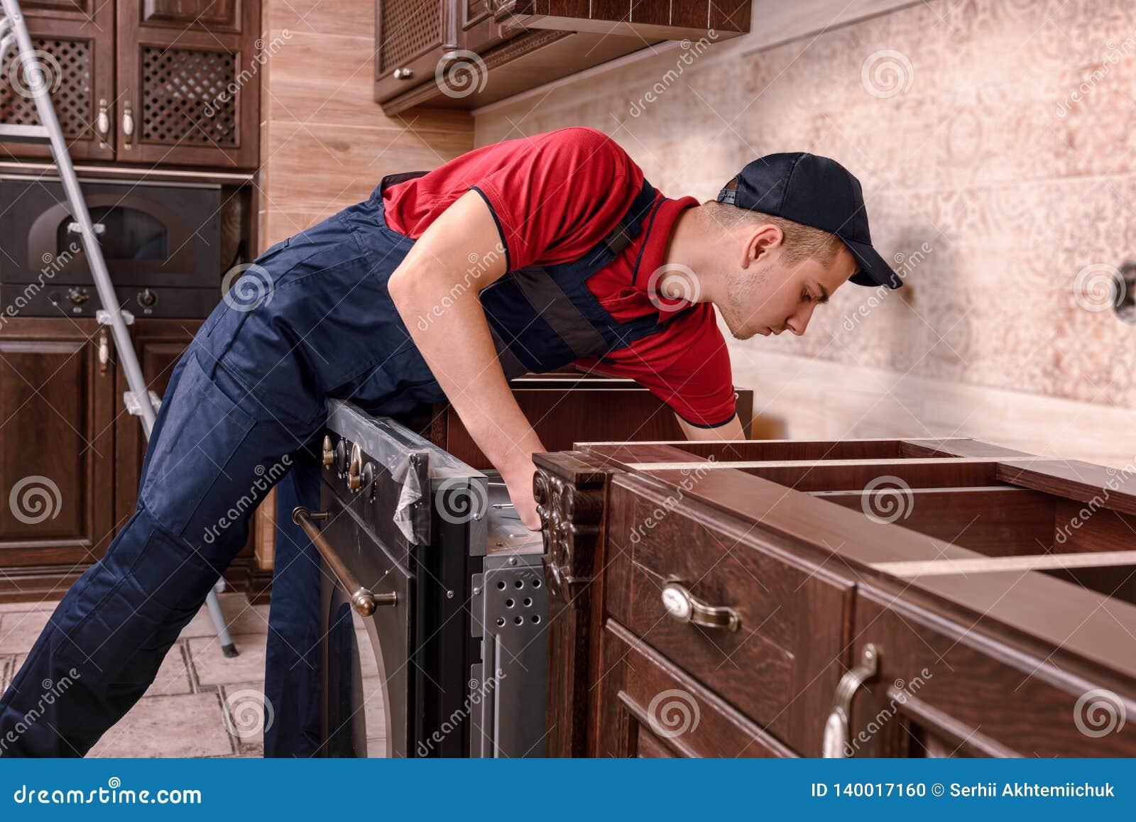 Zusammenbauender Ofen der Berufsarbeitskraft Installation von Küchenmöbeln