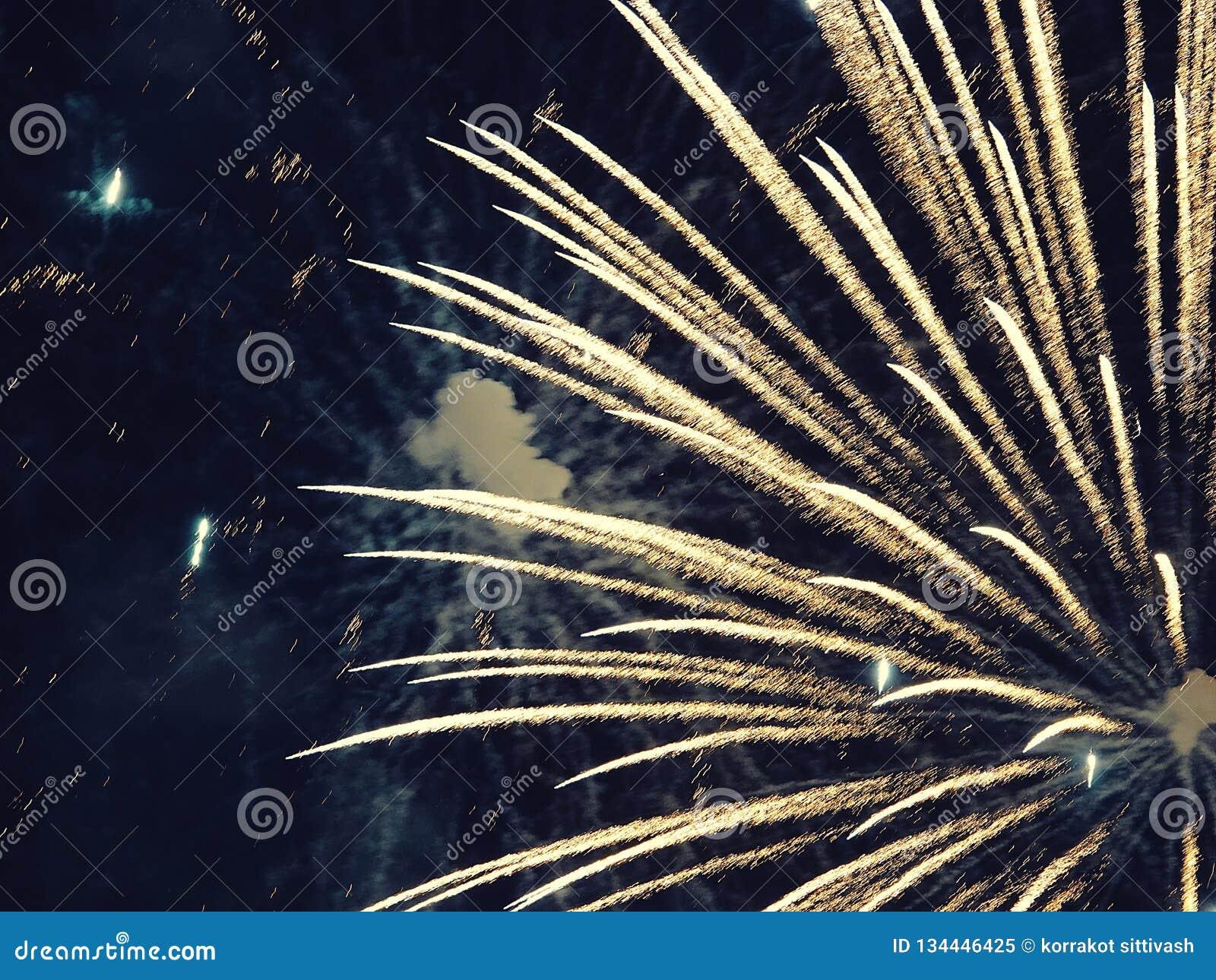 Zusammenfassung, Feuerwerke, unscharfes Bild Abstraktes Hintergrundmuster der weißen Sterne auf dunkelroter Auslegung Licht mit g