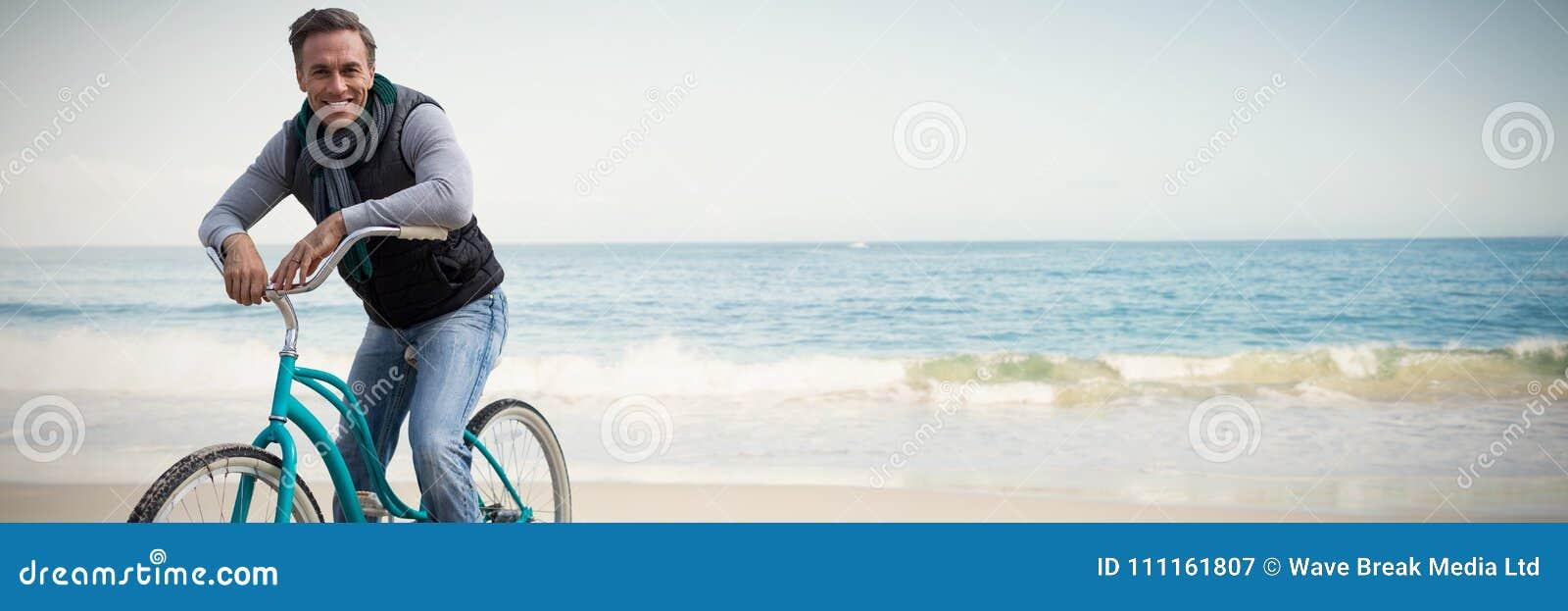 Zusammengesetztes Bild der digitalen Zusammensetzung des gutaussehenden Mannes auf einer Fahrradfahrt