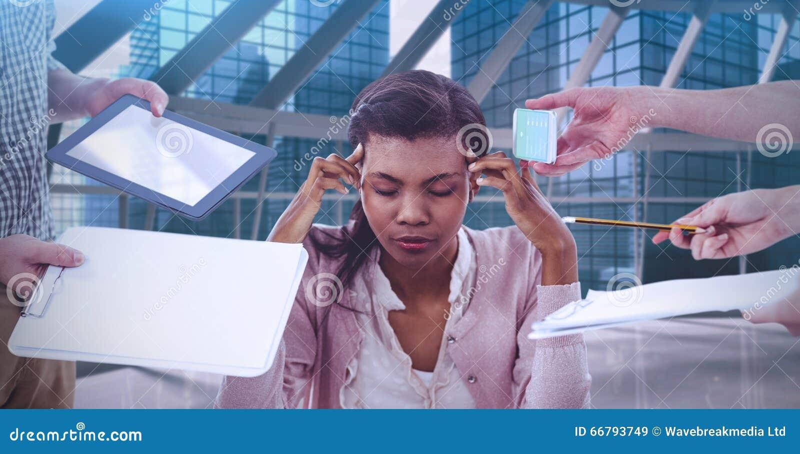 Zusammengesetztes Bild der Geschäftsfrau heraus betont bei der Arbeit