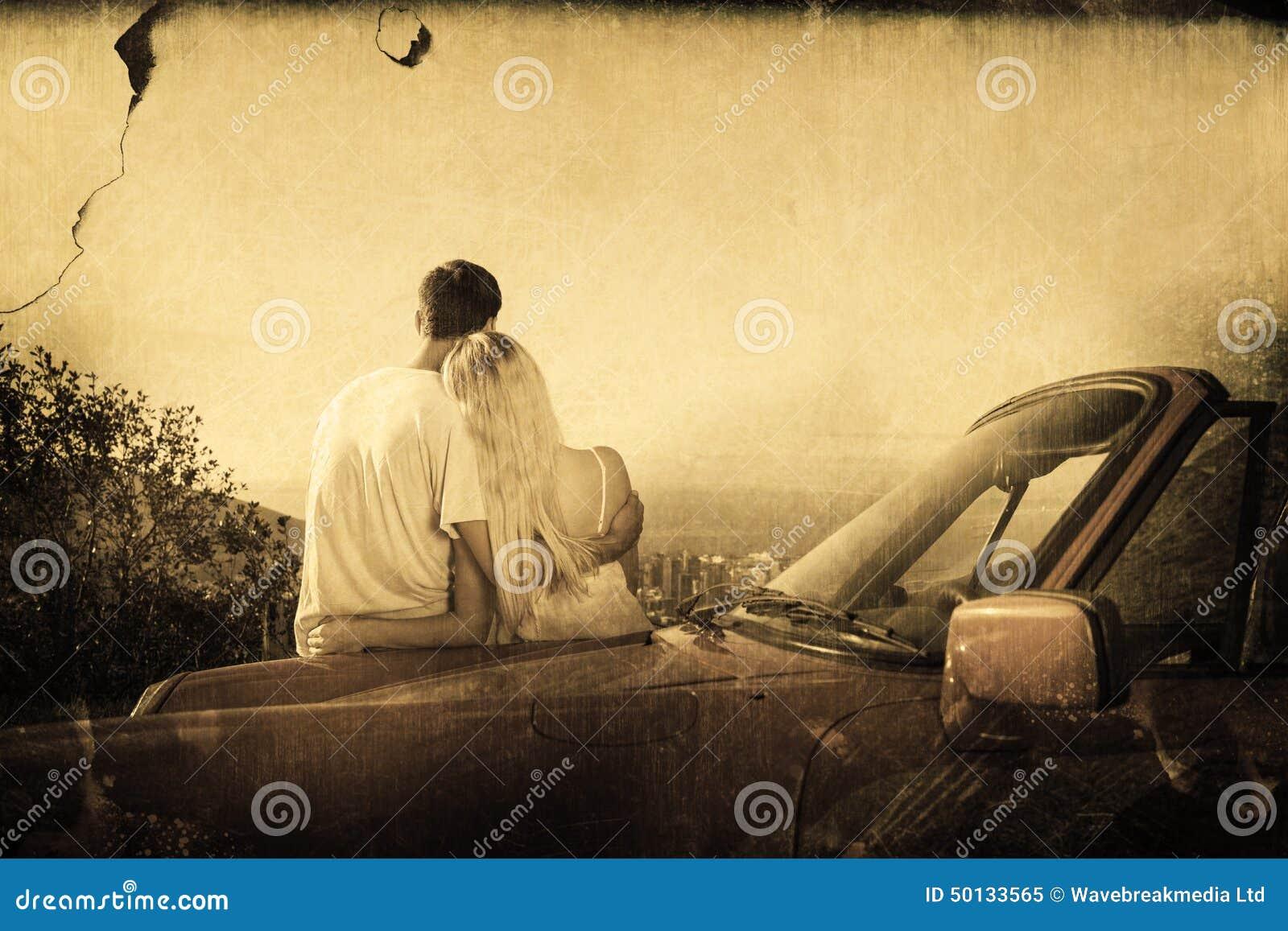 Zusammengesetztes Bild der hinteren Ansicht des Paarumarmens und des bewundern Panoramas