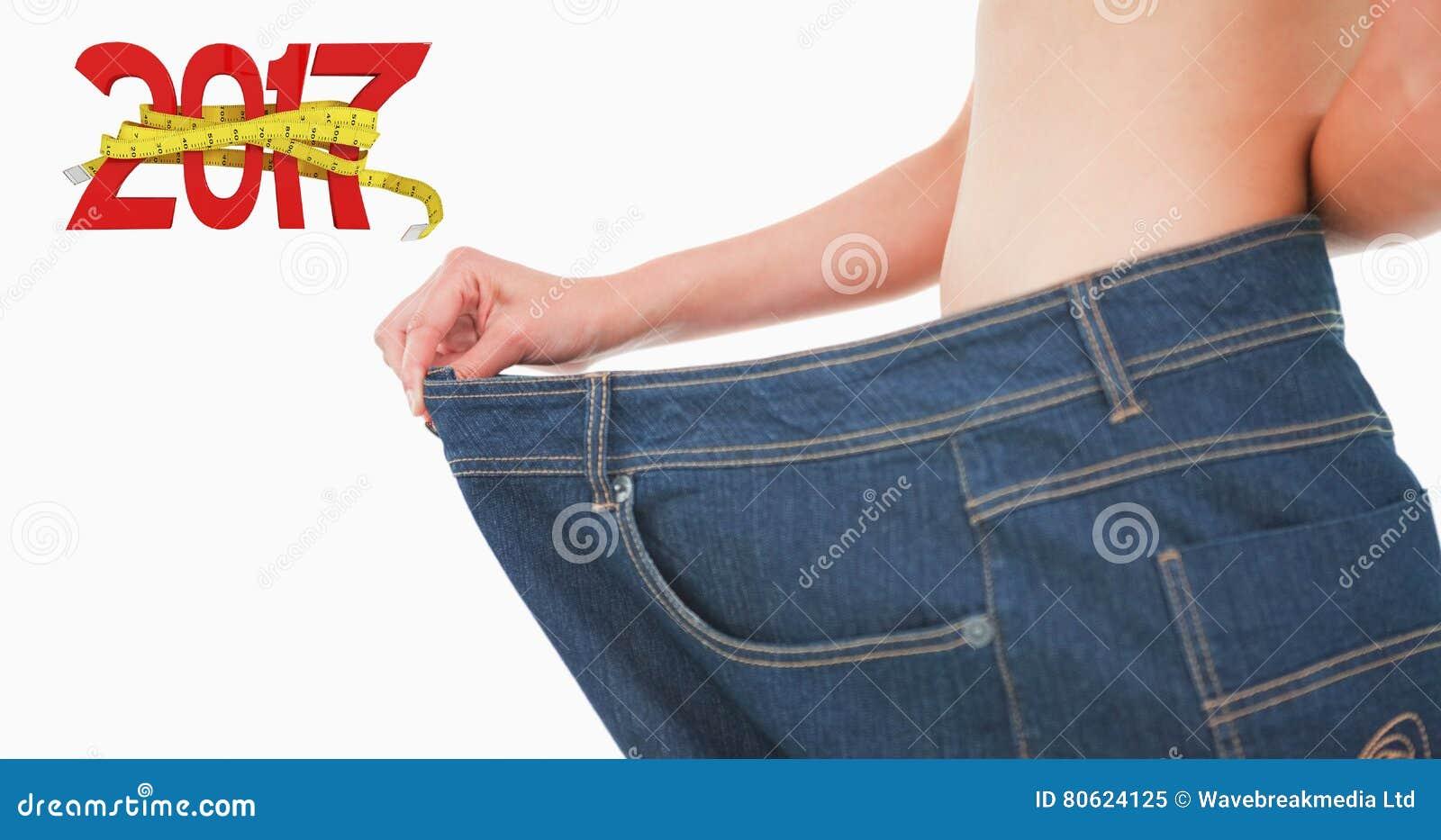 Zusammengesetztes Bild des Abschlusses oben eines Frauenbauches in den zu großen Hosen