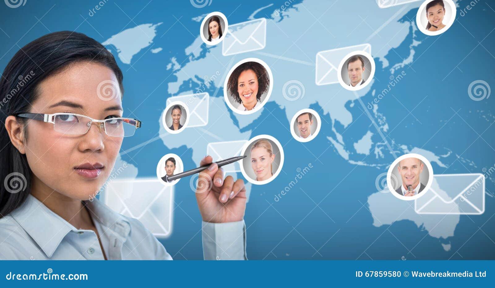 Zusammengesetztes Bild des attraktiven Geschäftsfraubehälters