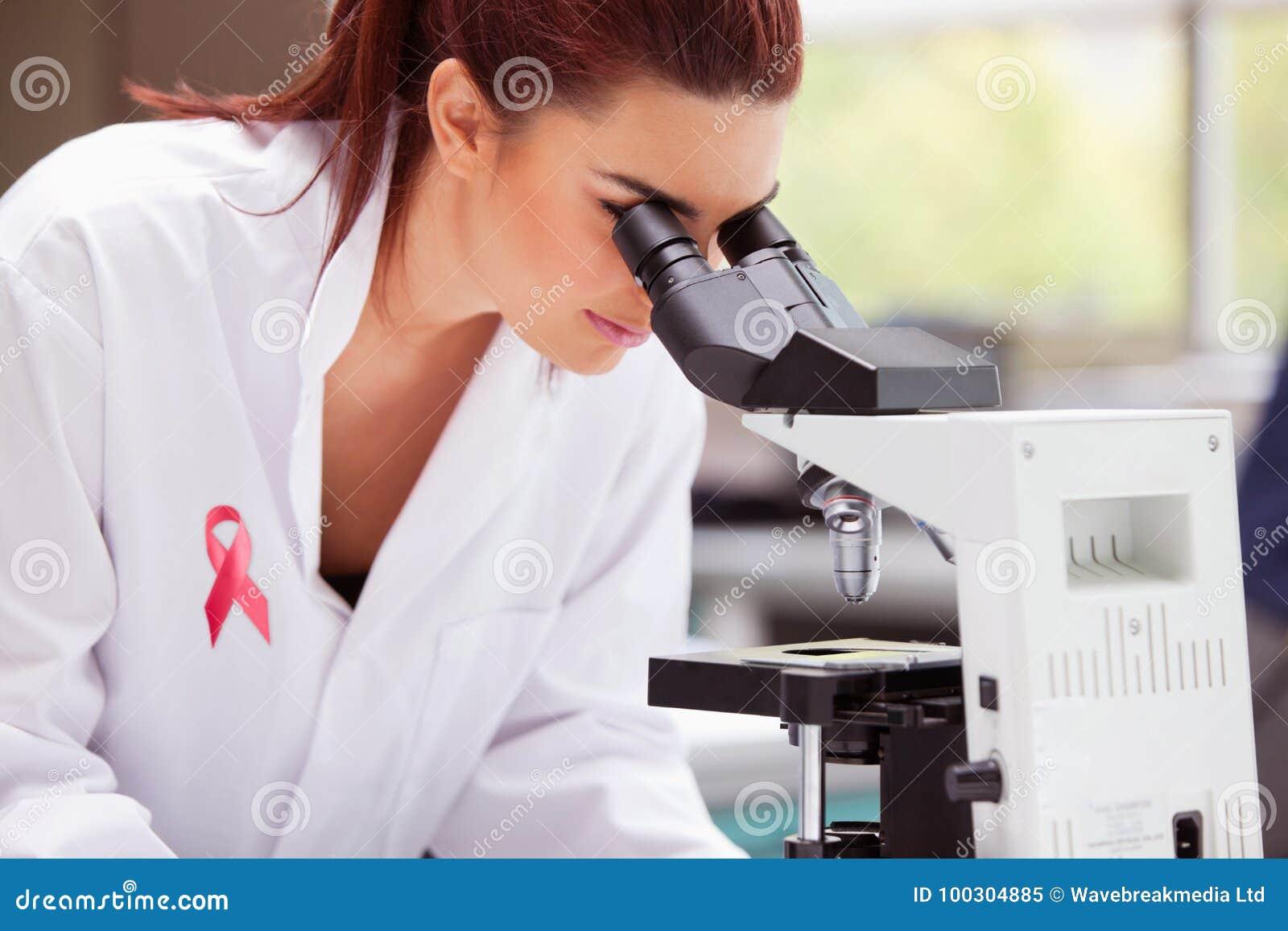 Zusammengesetztes Bild des Brustkrebsbandes