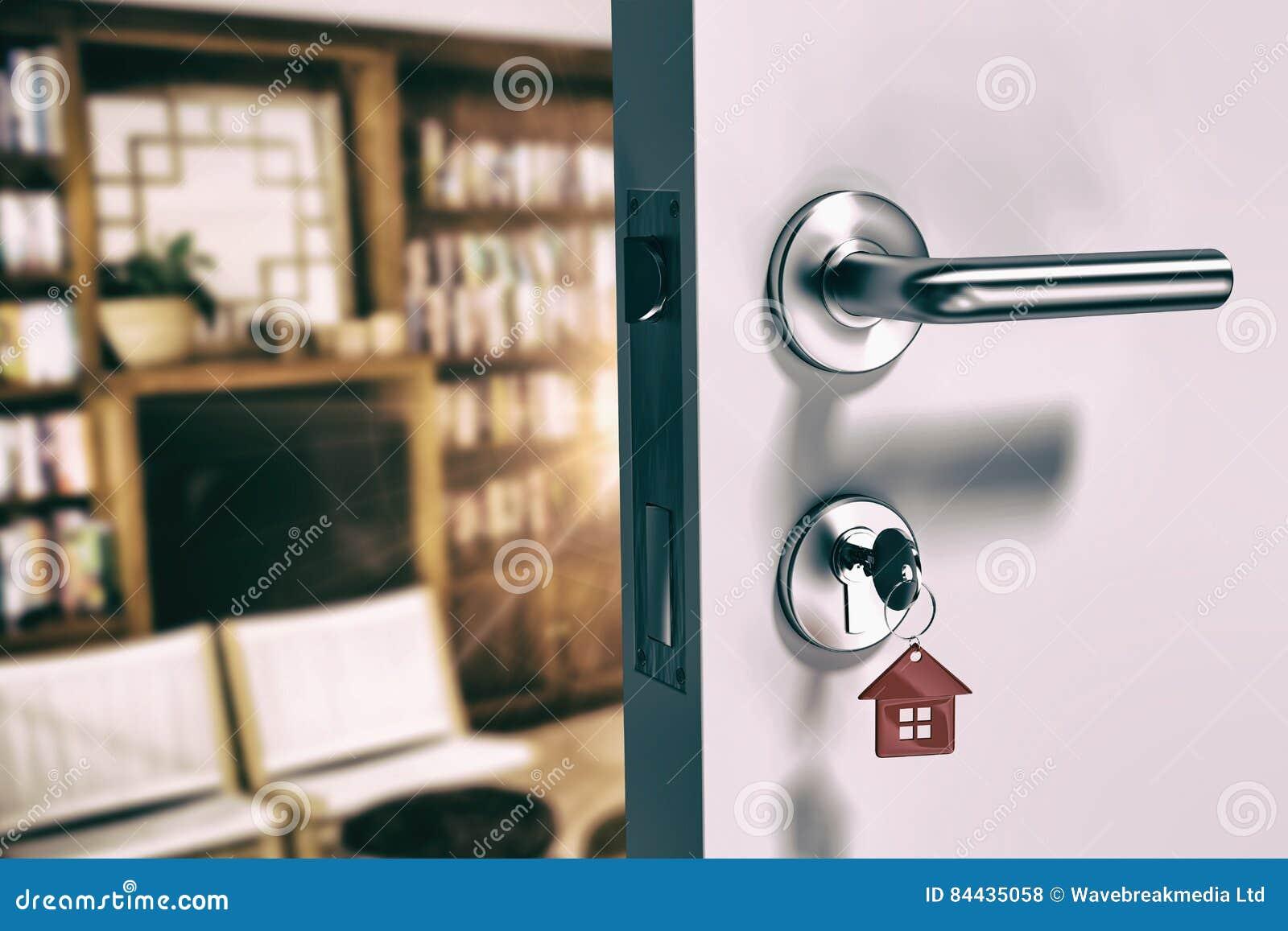 Zusammengesetztes Bild des digital erzeugten Bildes der offener Tür mit Hausschlüssel