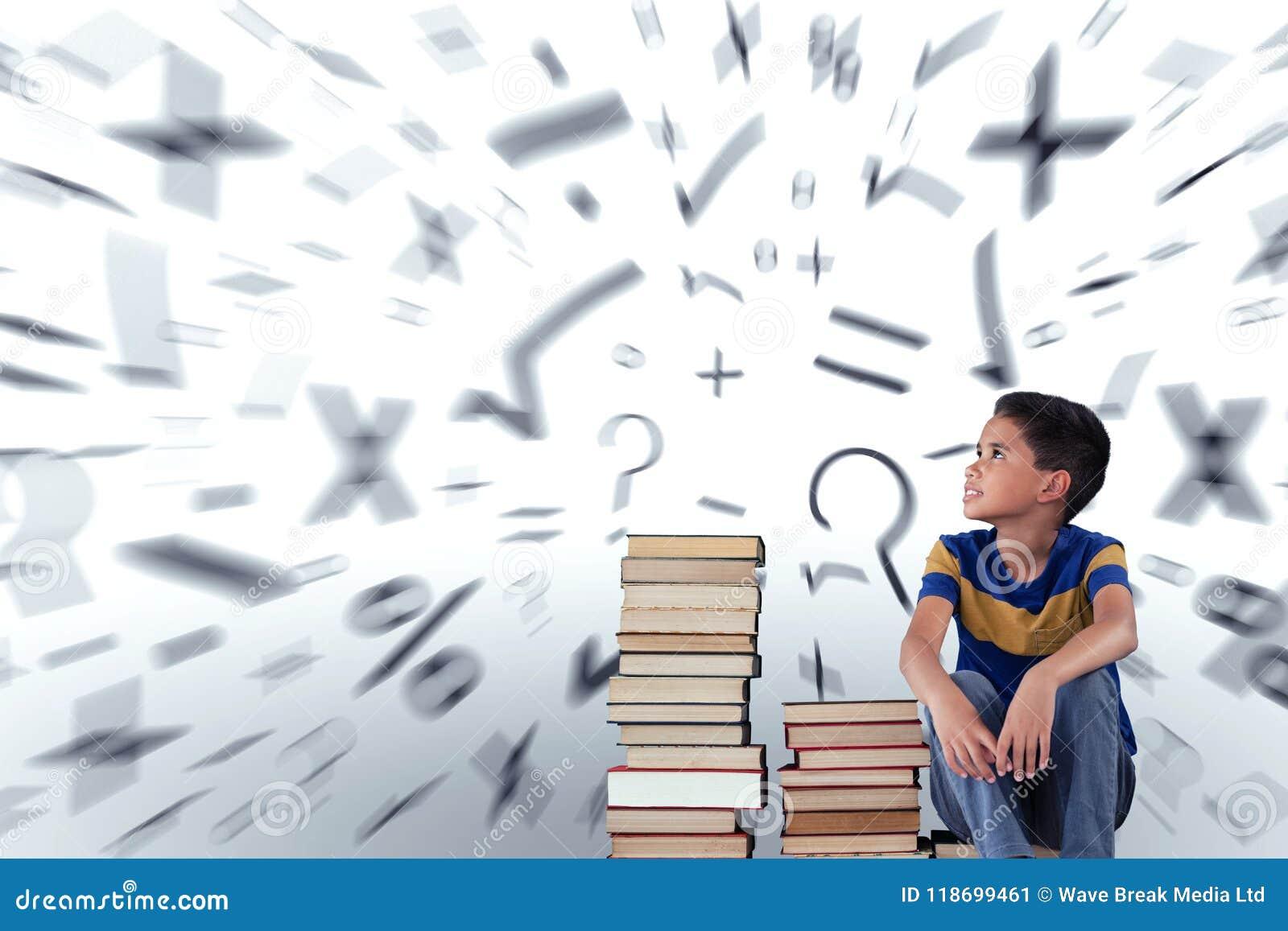 Zusammengesetztes Bild des durchdachten Schülers sitzend mit Büchern auf Holztisch