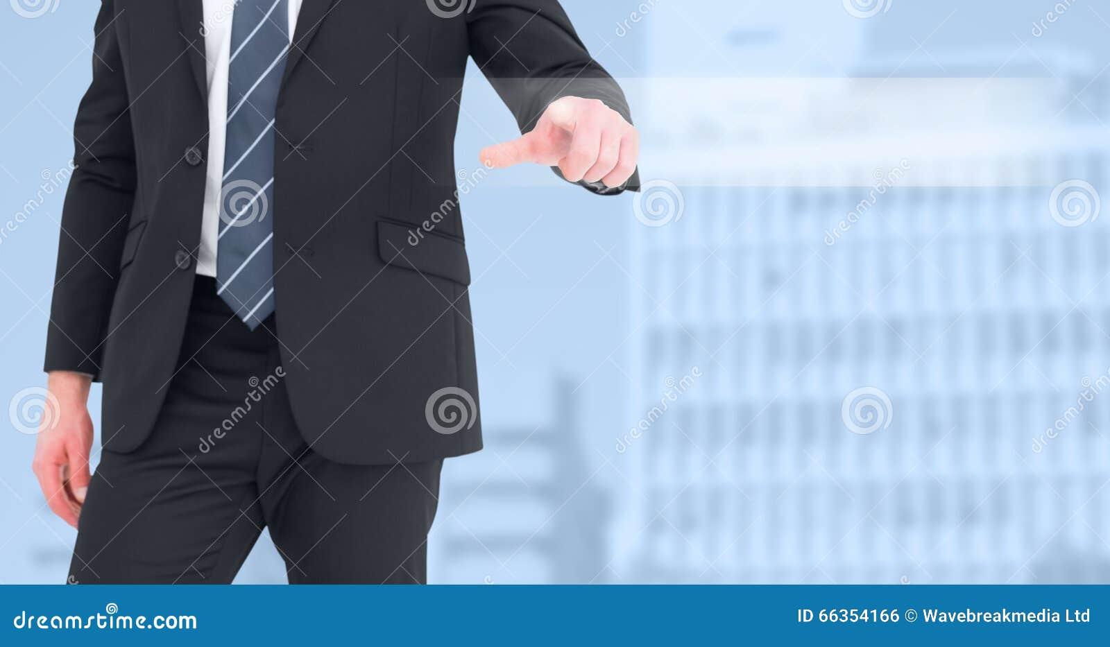 Zusammengesetztes Bild des mittleren Abschnittgeschäftsmannes, der mit seinem Finger zeigt