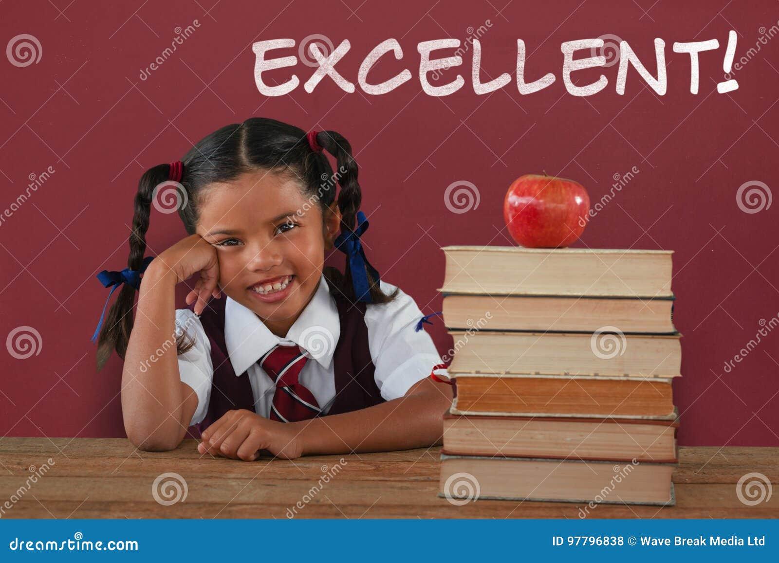 Zusammengesetztes Bild des Schulmädchens lehnend durch Bücher und Apfel auf Schreibtisch