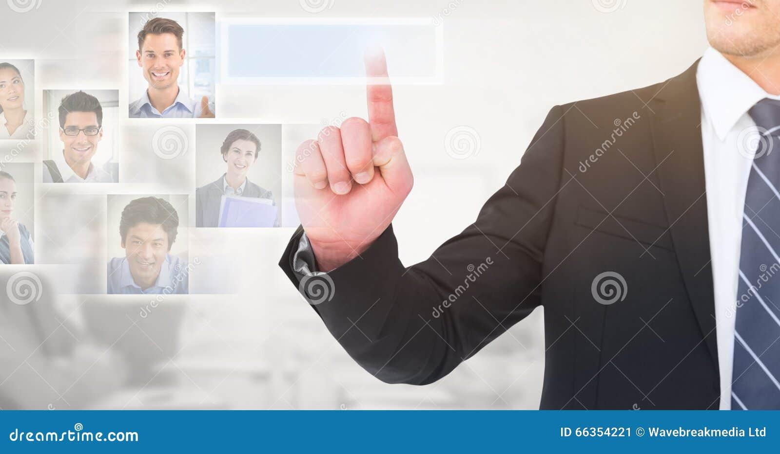 Zusammengesetztes Bild des unsmiling Geschäftsmannes seinen Finger zeigend