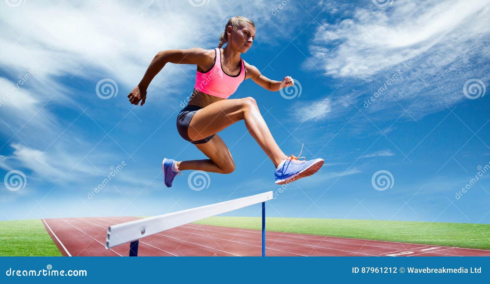 Zusammengesetztes Bild Digital des weiblichen Athleten springend über die Hürde