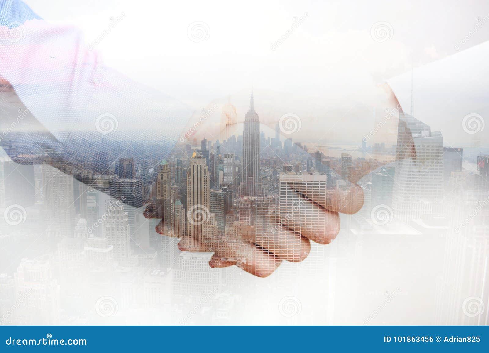 Zusammengesetztes Bild mit den Geschäftsleuten, die Hände und Stadtwolkenkratzer rütteln