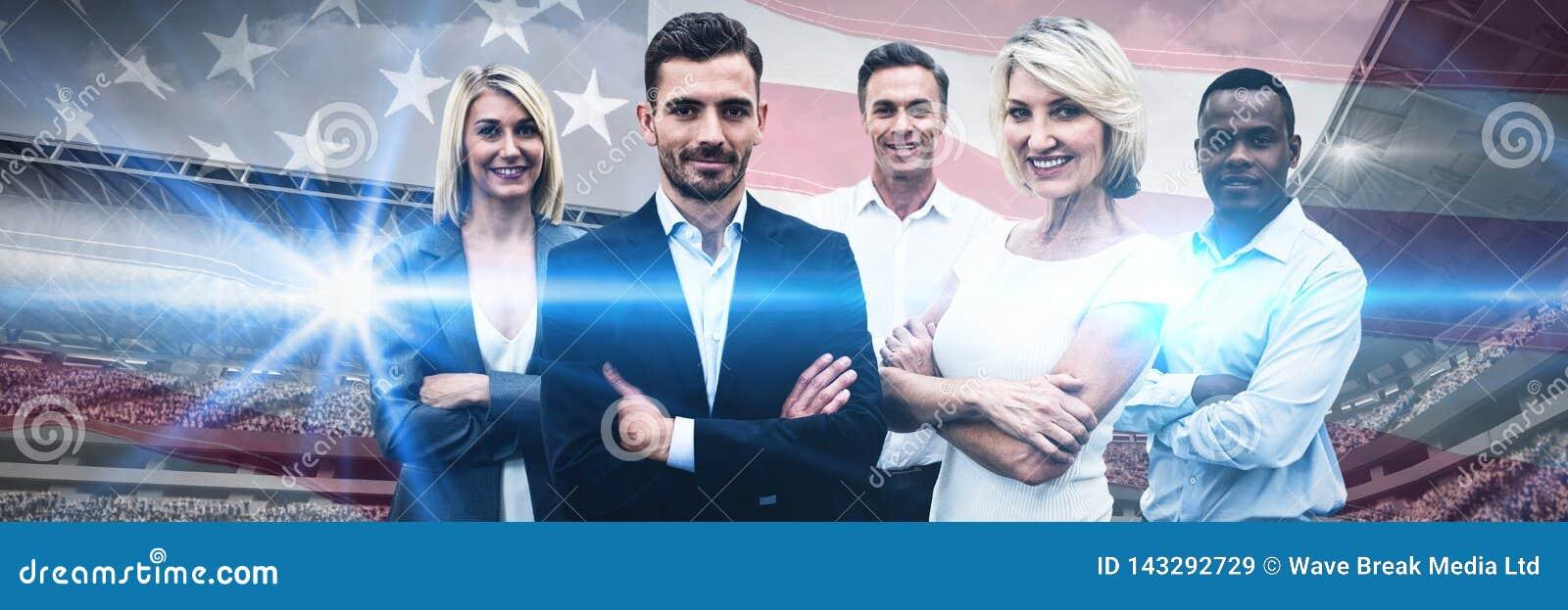 Zusammengesetztes Bild von überzeugten Geschäftsleuten mit den Armen kreuzte Stellung über weißem Hintergrund