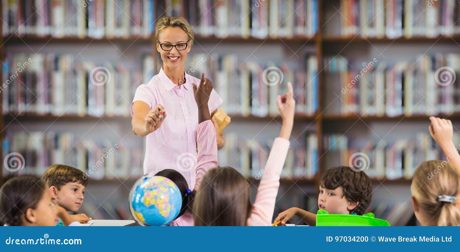 Zusammengesetztes Bild von den Studenten, die Hände während Lehrerunterricht anheben
