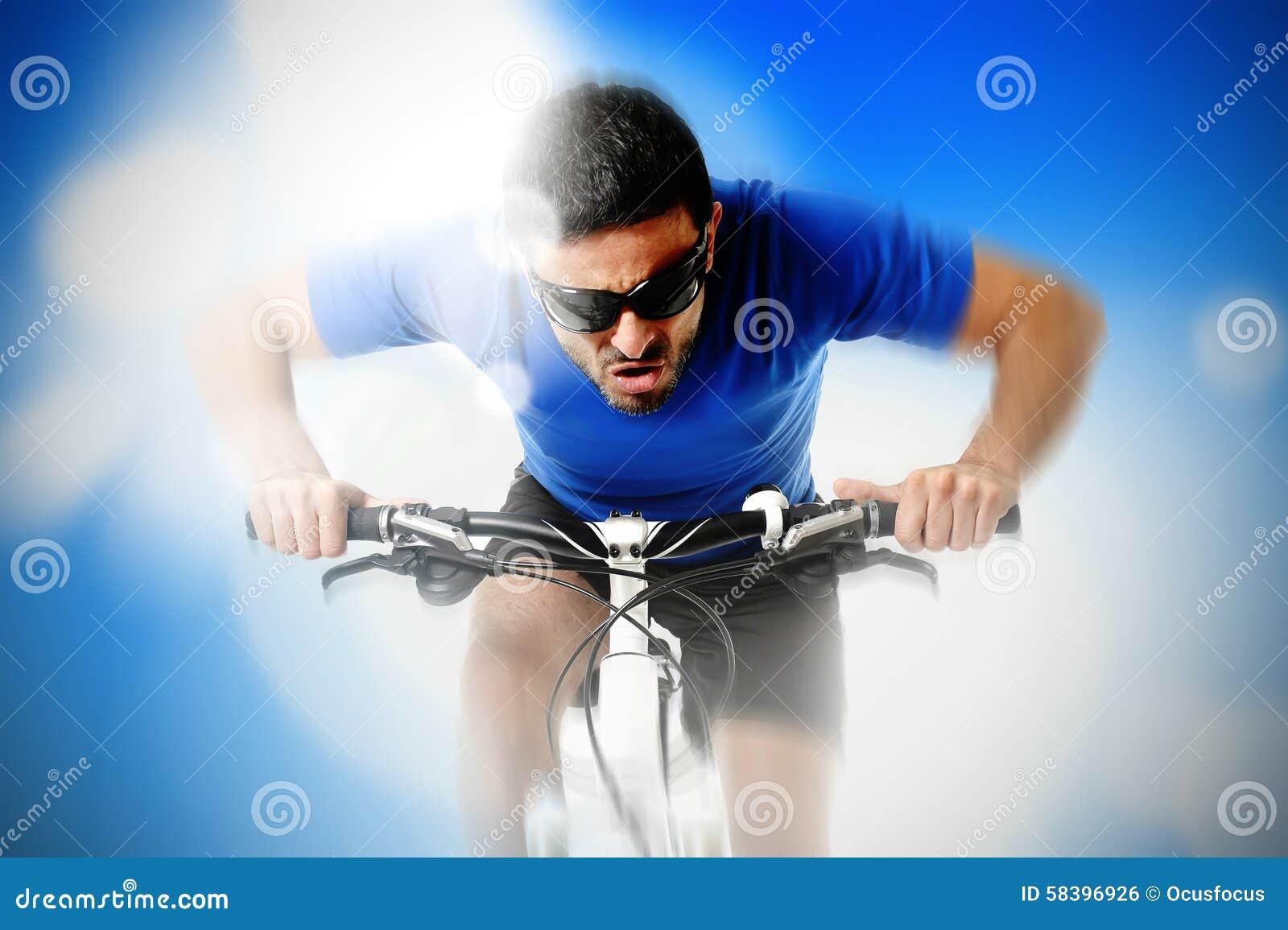 Zusammensetzung der jungen aggressiven Sportmann-Reitmountainbike in der Frontansicht