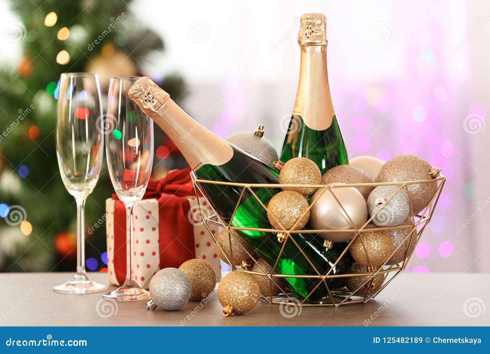Zusammensetzung des neuen Jahres mit Flaschen Champagner