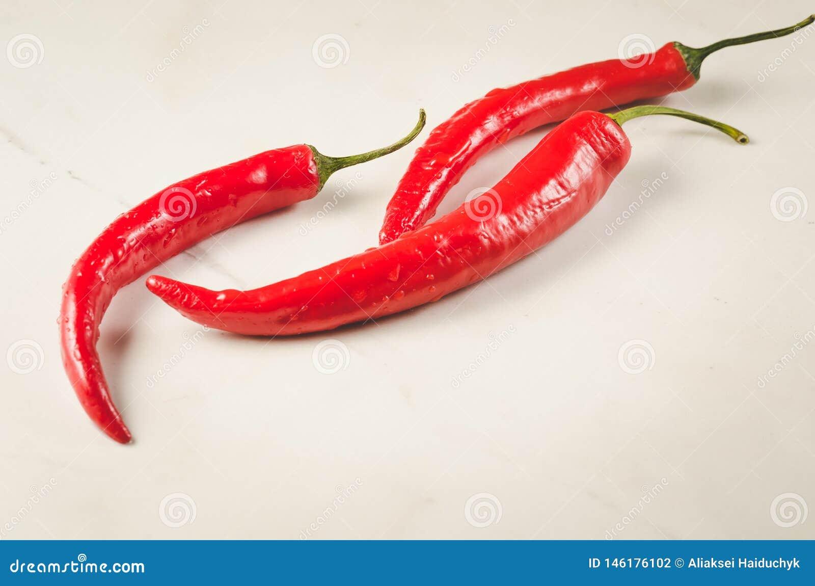 Zusammensetzung des Pfeffers des roten Paprikas/der Zusammensetzung des Pfeffers des roten Paprikas auf einem wei?en Hintergrund