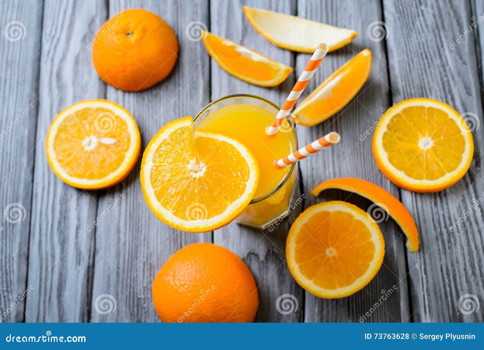 Zusammensetzung mit Glas Orangensaft und Früchten