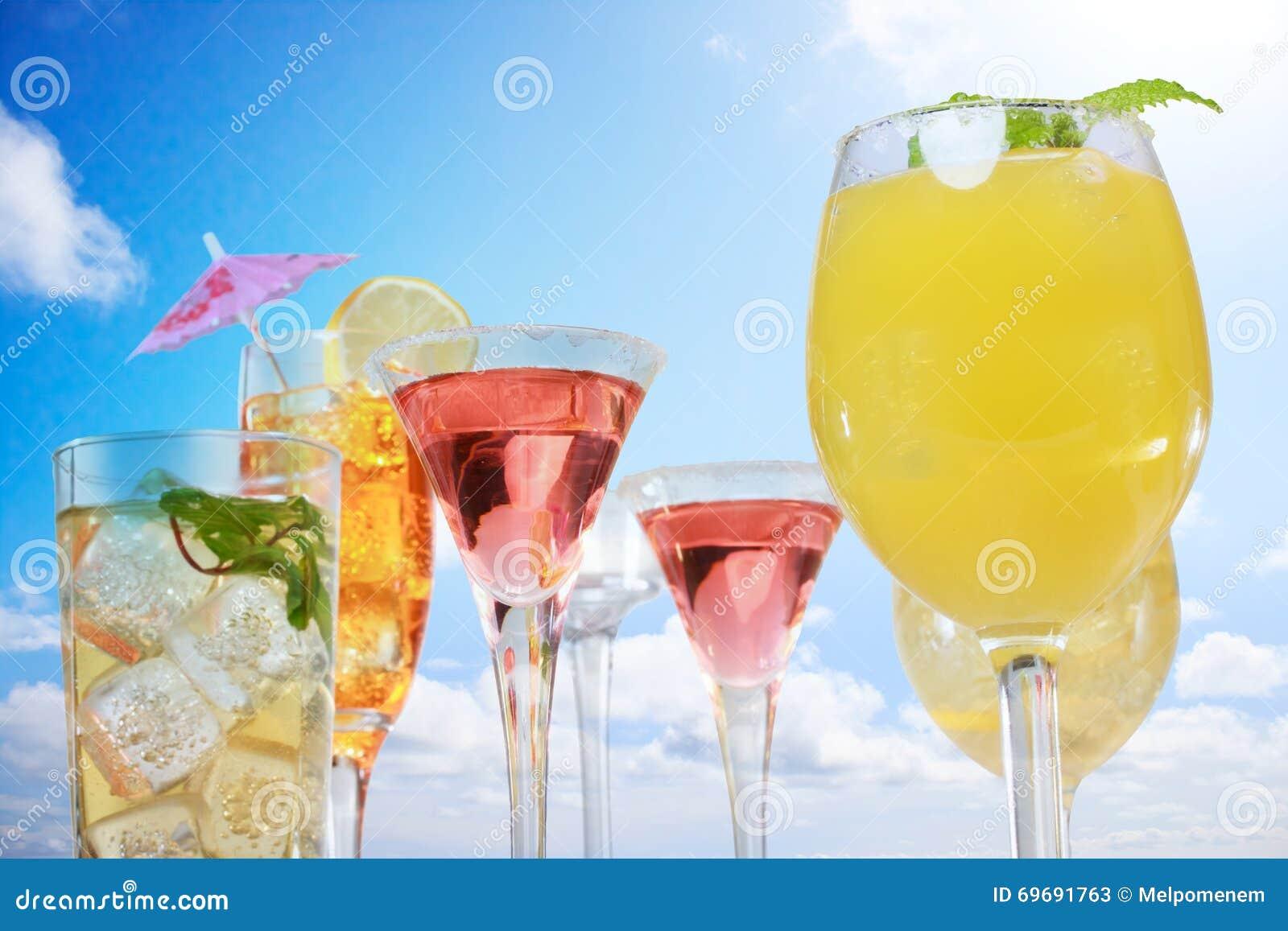 Zusammenstellung Von Getränken über Blauem Himmel Stockbild - Bild ...