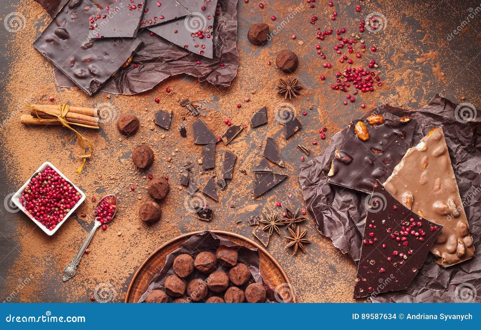 Zusammenstellung von Schokoriegeln, von Trüffeln, von Gewürzen und von Kakaopulver
