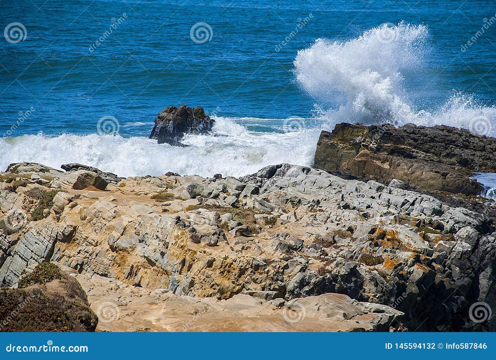 Zusammenstoßende Wellen, atlantischer blauer Ozean