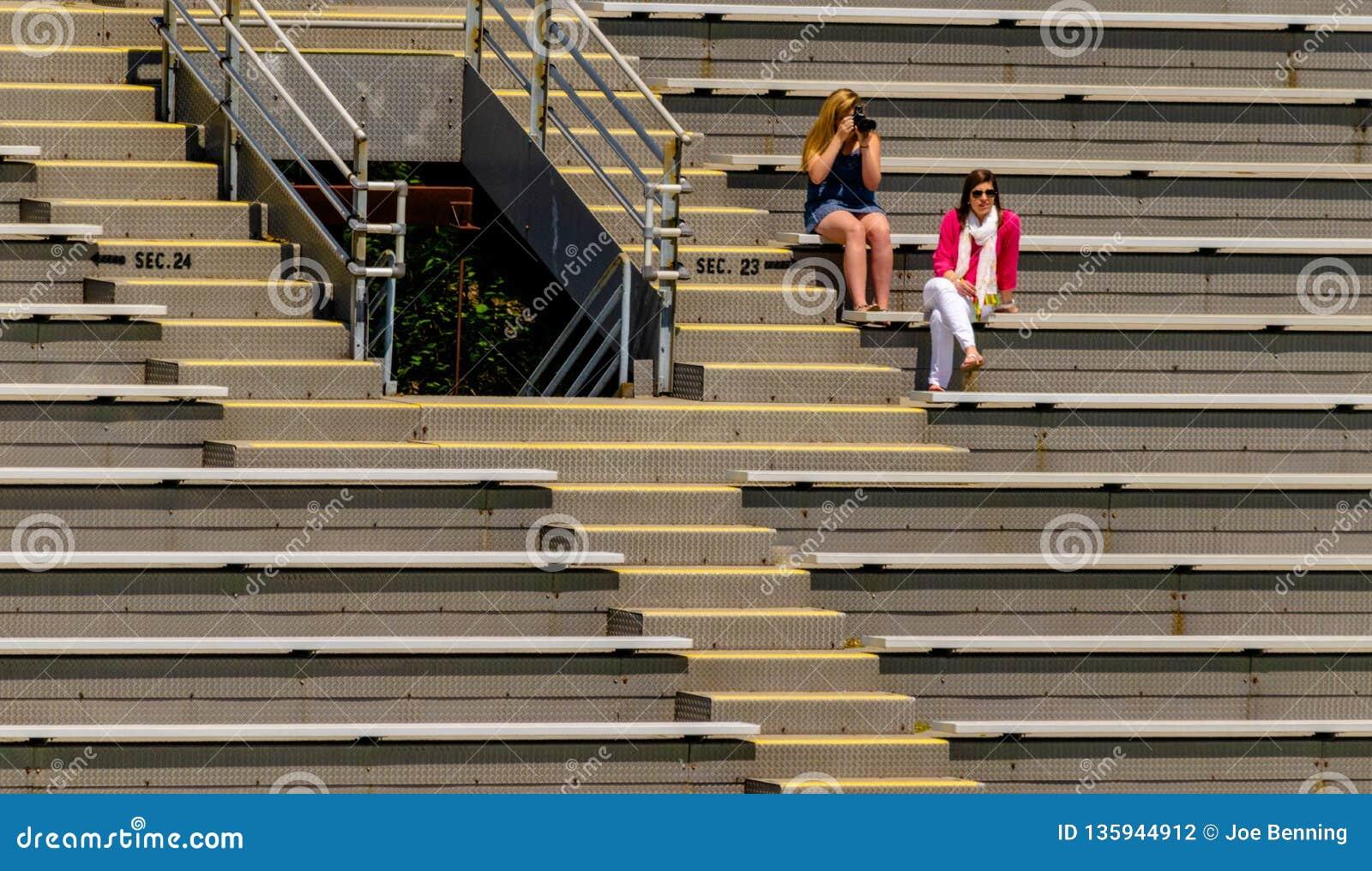 Zuschauer, die in den Zuschauertribünen sitzen