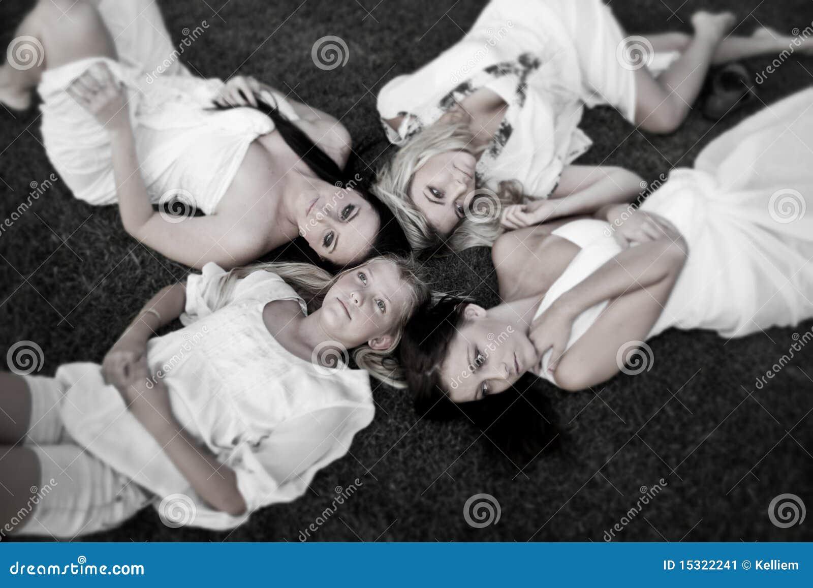 Zusters die op het gras leggen