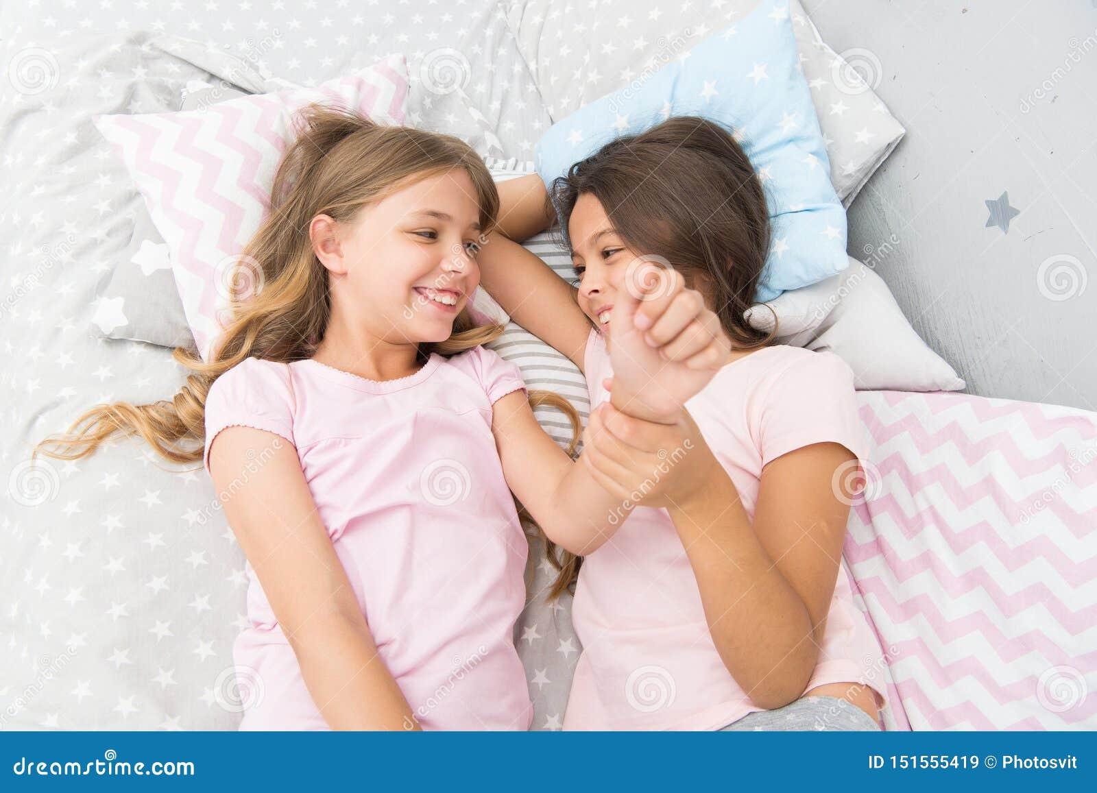 Zusters gekscheren die thuis lachen Comfortabel gesprek De zusters of de beste vrienden brengen tijd door samen communicerend zus