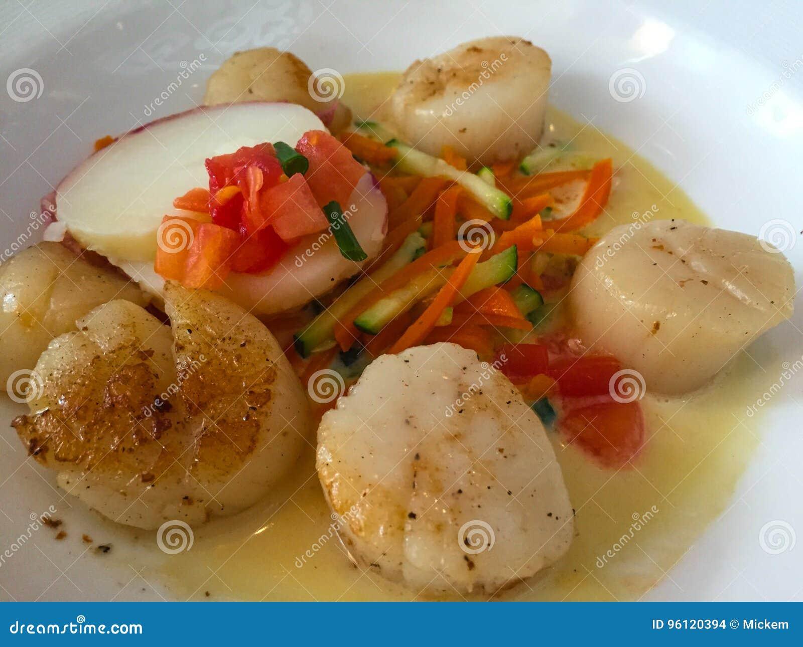 Zutritt von überzogenen Kamm-Muscheln mit Gemüse
