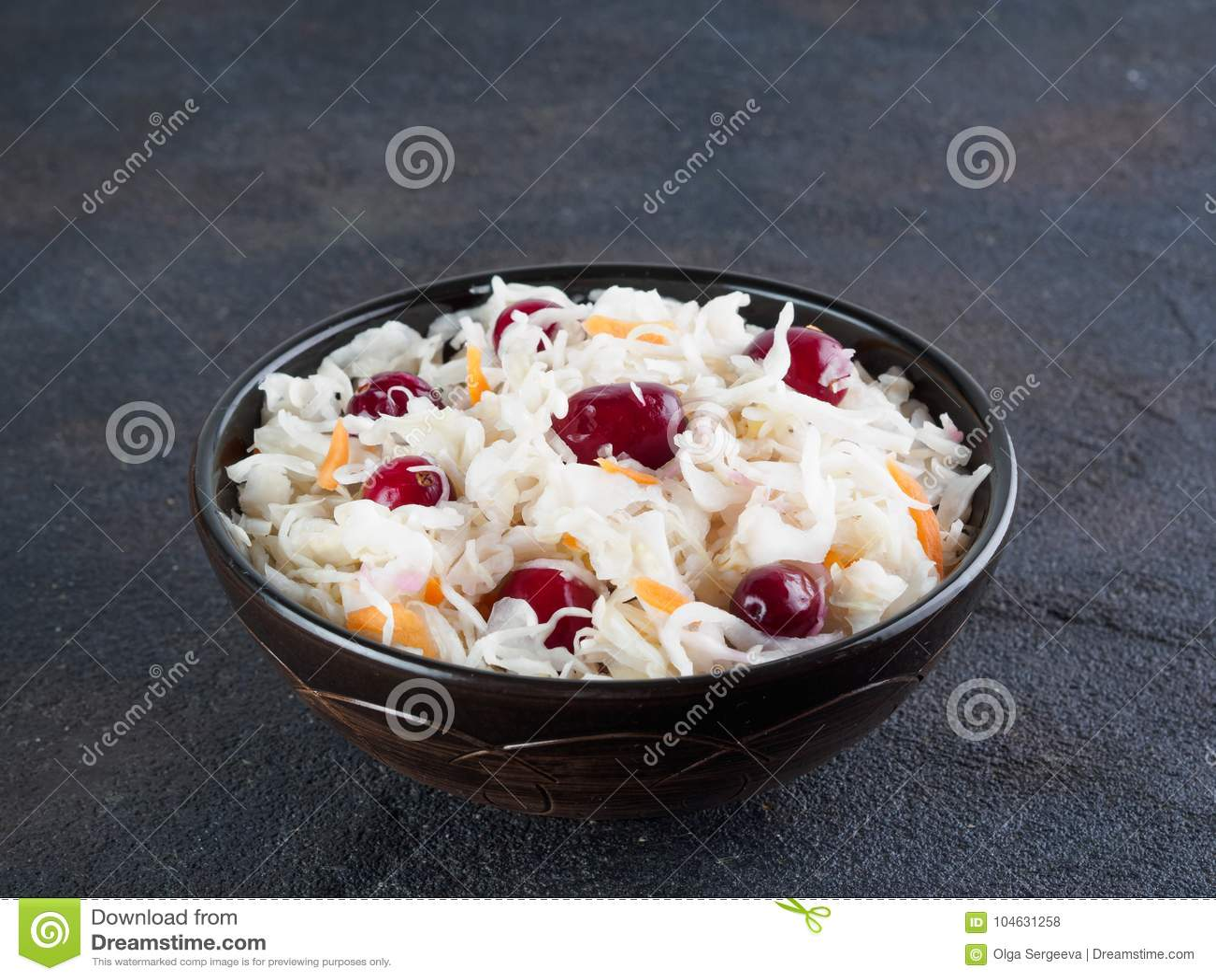 Download Zuurkool Met Amerikaanse Veenbes En Wortel Stock Foto - Afbeelding bestaande uit voedsel, donker: 104631258