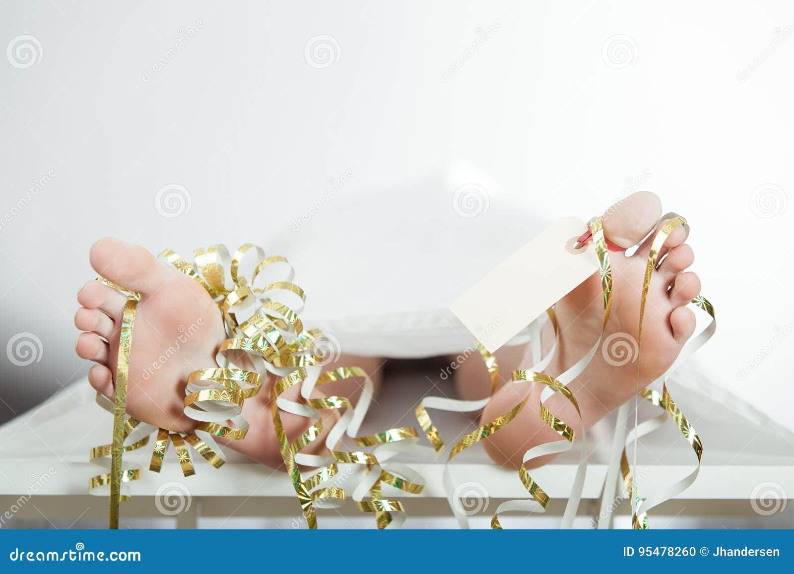Zwłoki chłopiec z nagimi ciekami i palec u nogi etykietką
