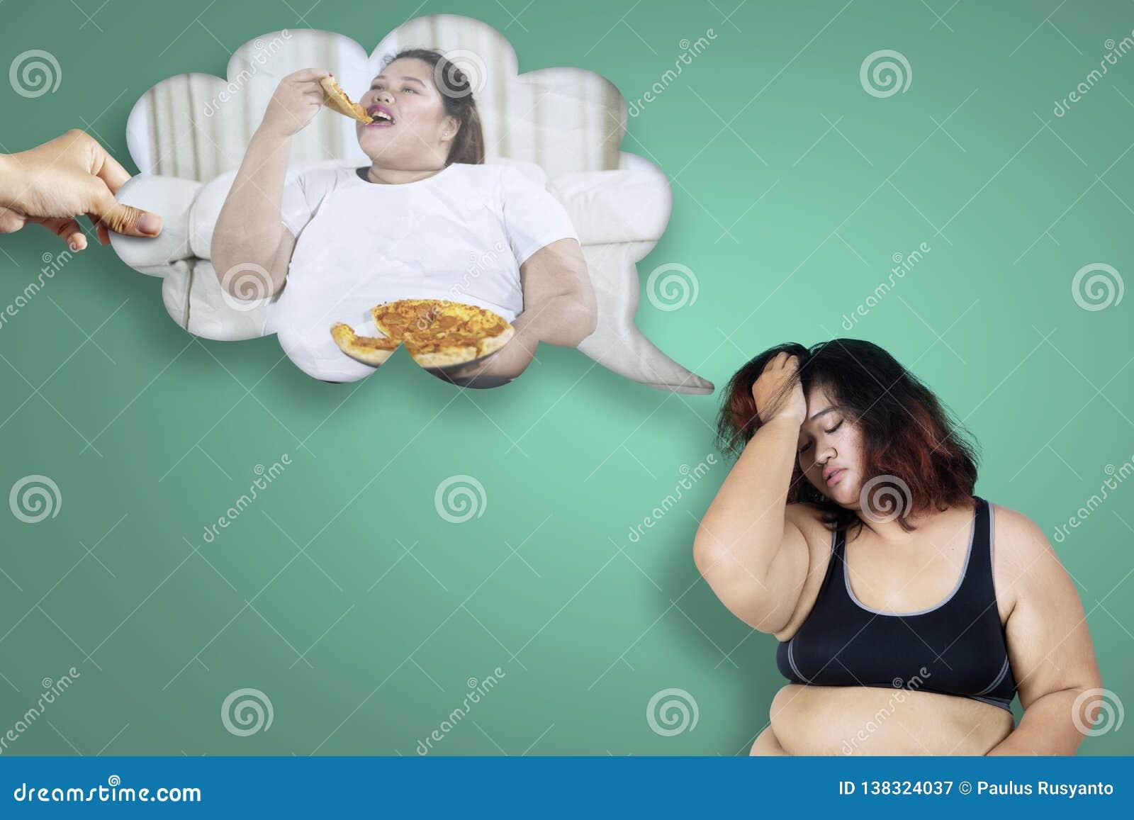 Zwaarlijvige vrouw die haar ongezonde gewoonte denken