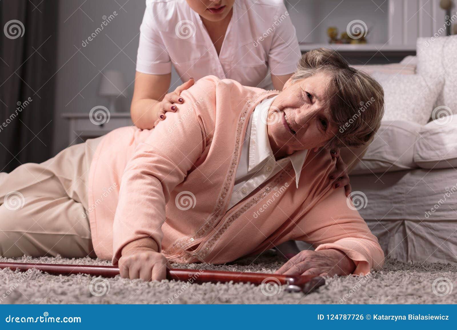 Zwak bejaarde met hartaanval en verzorger in het verzorgingshuis