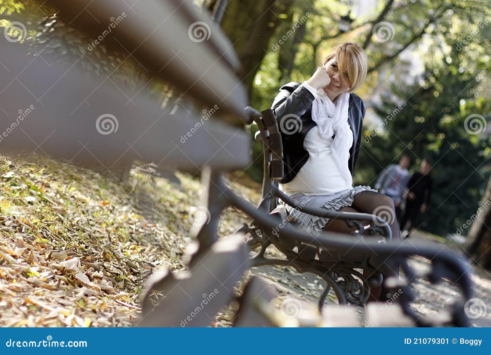 Zwanger meisje in het park