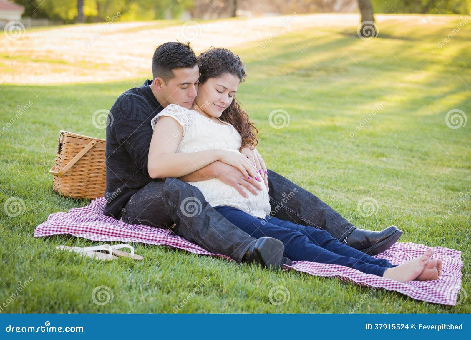 Zwanger Spaans Paar in het Park in openlucht