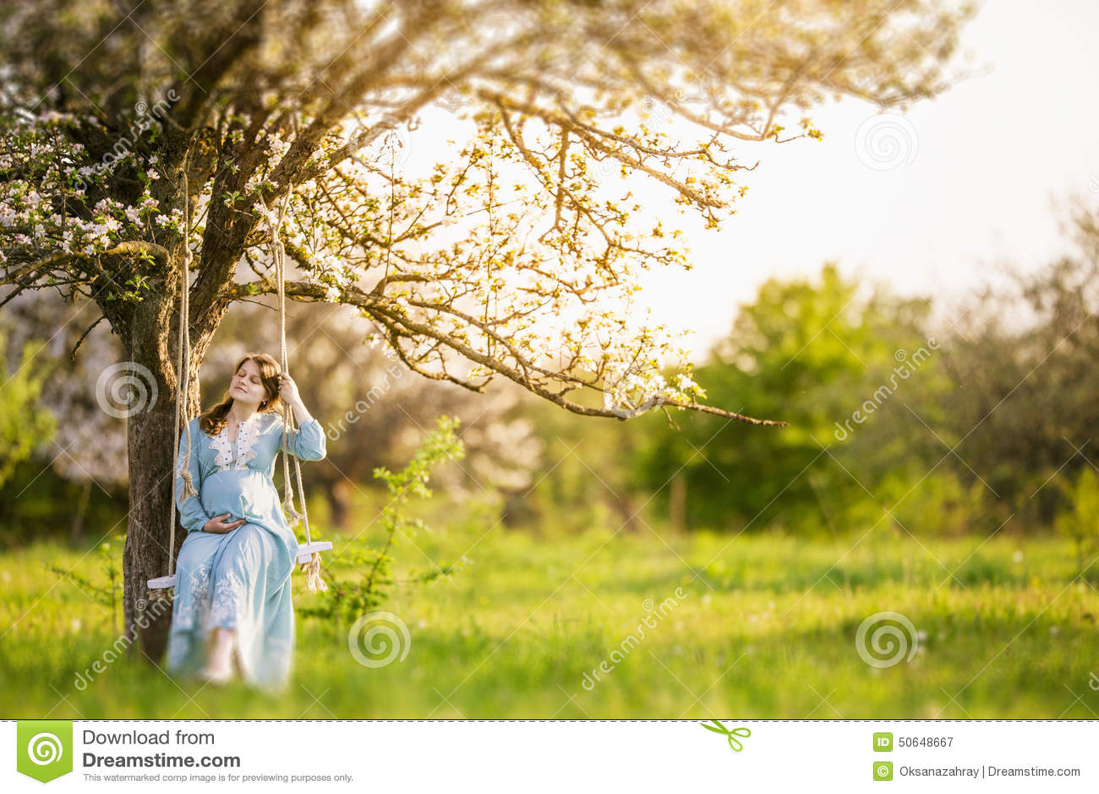 Zwangere vrouw in de tuin