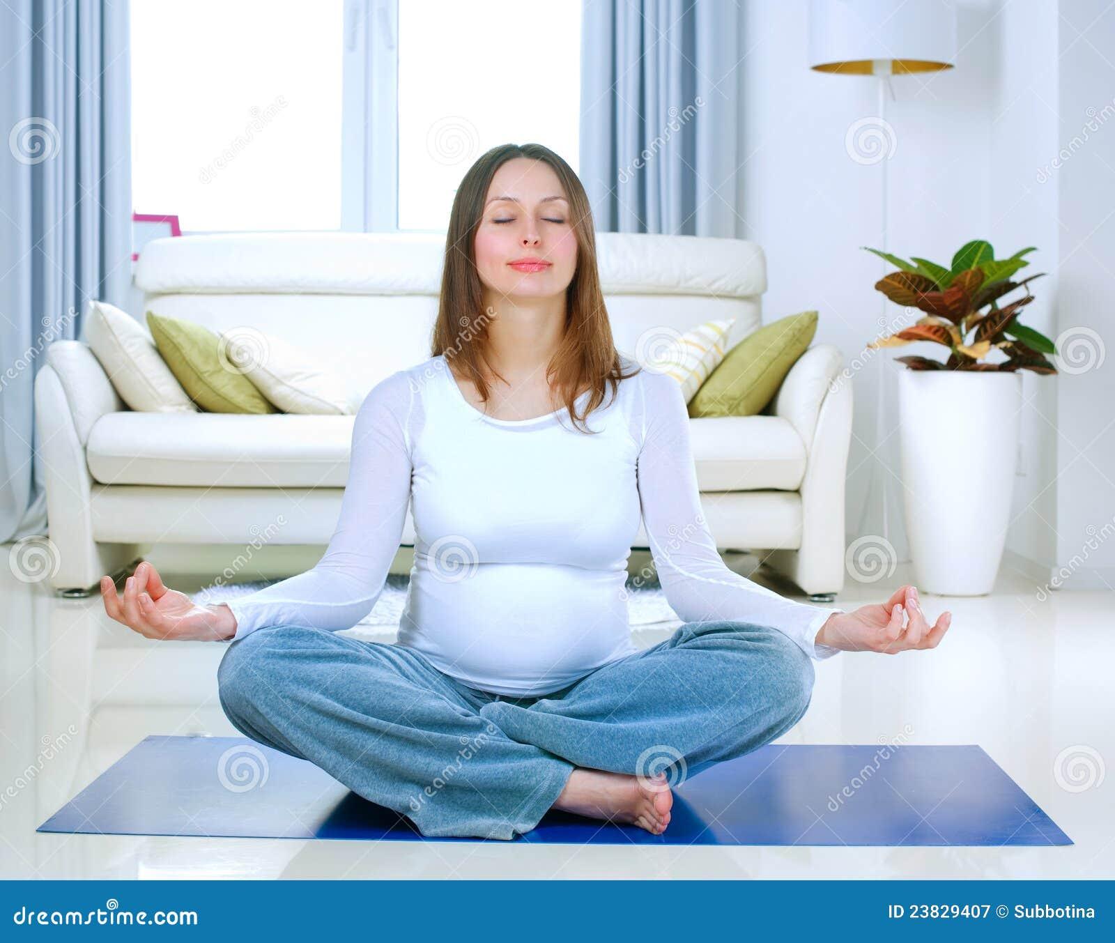Zwangere Vrouw die Yoga doet