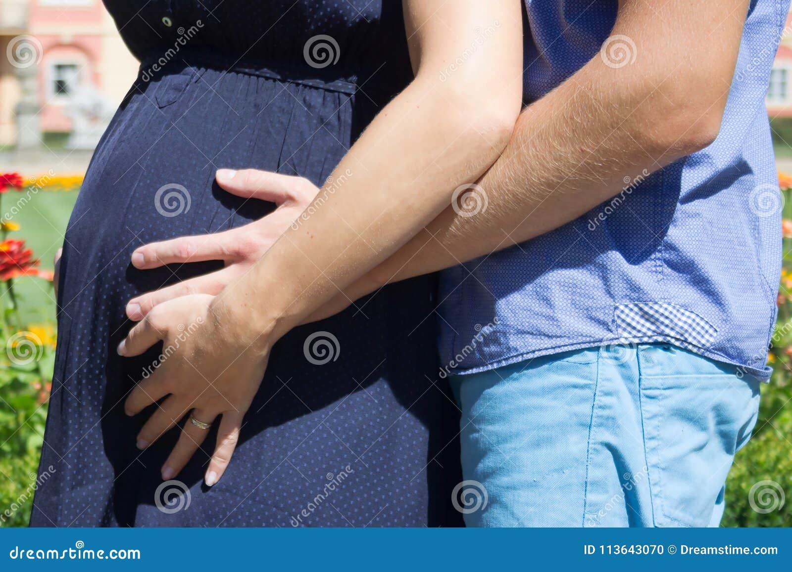 Zwangere vrouw met haar echtgenoot
